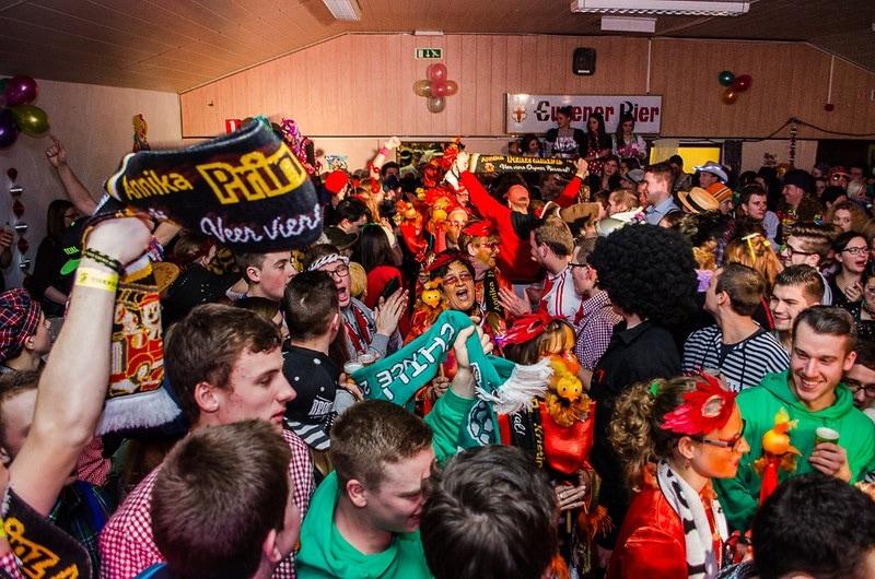 Karnevalsparty der Thekenkleber
